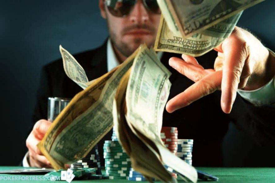 Menempatkan taruhan di poker dengan uang sungguhan.